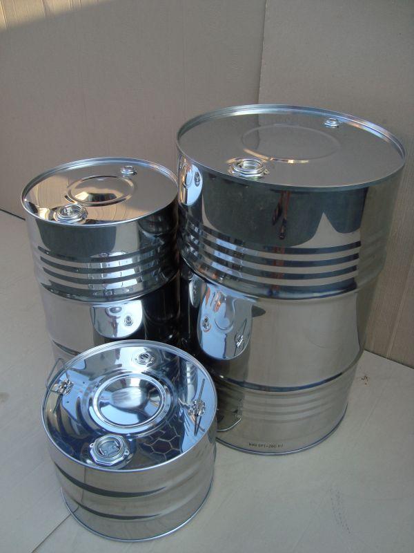 Бочки из нержавеющей стали объёмом 45,100 и 216,5 литров.